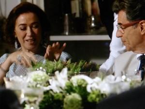 Marta entra na vibe de Magnólia e pega salada com a mão (Foto: Gshow)