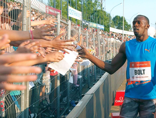 Usain Bolt com a torcida na Rep. Tcheca (Foto: Reuters)