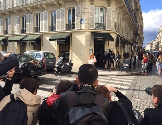 Marina, muito assediada pelos fotógrafos, parando as ruas de Paris em sua chegada ao desfile  (Foto: Bruno Astuto)