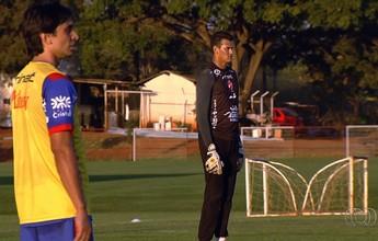 Técnico do Vila Nova testa time com goleiro Saulo no lugar de Edson