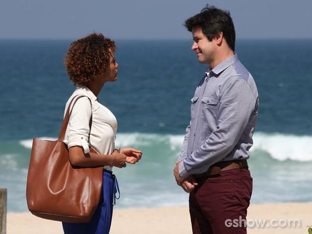 Taís Araujo e Murilo Benício gravam encontro de Verônica e Jonas em praia carioca (Foto: Carol Caminha/TV Globo)