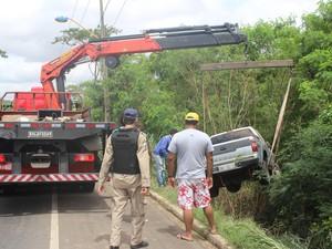 Carro caiu em ribanceira durante chuva em Teresina (Foto: Gustavo Almeida/G1)