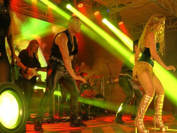 Joelma, bailarinos e o guitarrista Ian Marinho em palco de show em Fortaleza (Foto: Sebastião Mota/ G1)