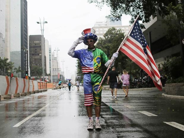 Manifestante vestido com as cores do Brasil e dos EUA posa na Avenida Paulista na concetração antes do protesto em São Paulo (Foto: Nacho Doce/Reuters)