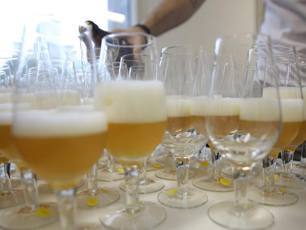Cervejas eram servidas em taças durante concurso de melhor sommelier de cerveja (Foto: Glauco Araújo/G1)