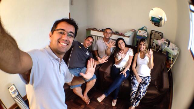 Equipe da TV Tribuna com os pais dos quíntuplos  (Foto: Luisinho Paes)