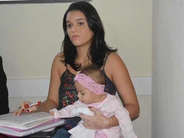Mariana leva diariamente sua filha de cinco meses para o cursinho para não perder as aulas (Foto: Mary Porfiro/G1)