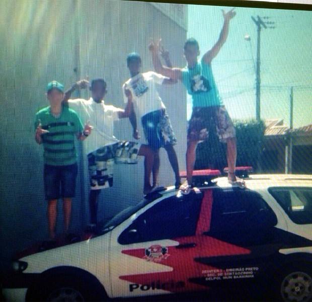 Adolescentes fazem pose em cima de viatura policial em Sertãozinho (Foto: Divulgação/Polícia Civil)