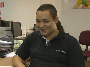 Ademir conquistou um trabalho e a confiança dos colegas. Esse é o primeiro trabalho do rapaz de 25 anos, que é autista (Foto: Reprodução/RBSTV)