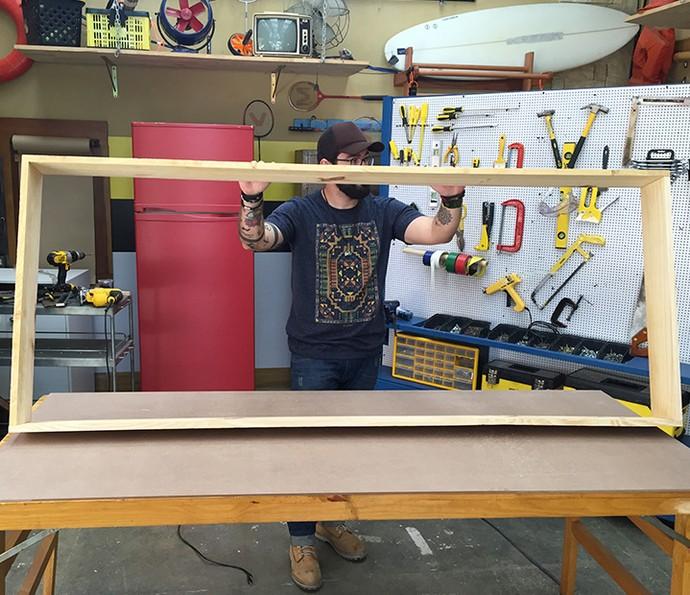 Monte um nicho unindo as duas tábuas maiores com as duas menores, usando 8 parafusos (Foto: Gabi freitas / Gshow)