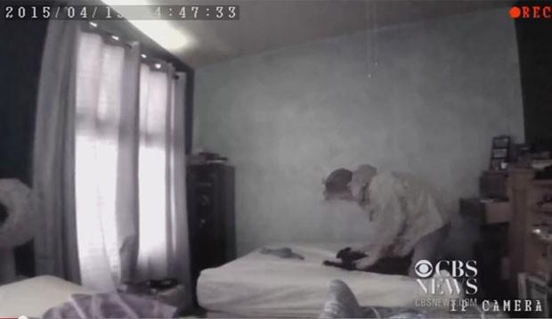 O vídeo foi registrado por uma câmera do sistema de segurança do dono do animal, que a instalou após levar o animal para o veterinário diversas vezes com ferimentos. (Foto: Reprodução/YouTube/CBSN)