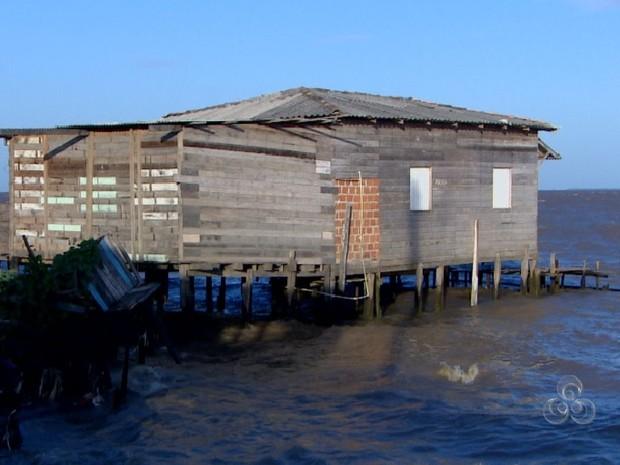 140 famílias com casas condenadas ainda permanecem no Aturiá (Foto: Reprodução/TV Amapá)