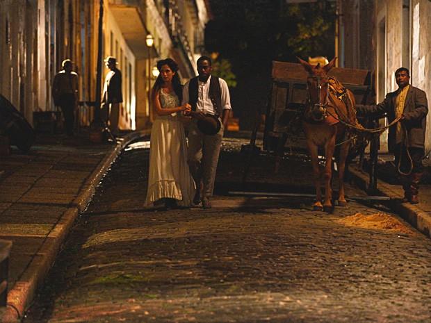 Isabel se preocupa com o destino dos moradores do cortiço (Foto: Lado a Lado / TV Globo)