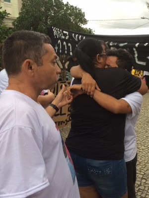 A mãe do entregador de pizza morto em Santa Teresa se emociona (Foto: Cristina Boeckel/G1)