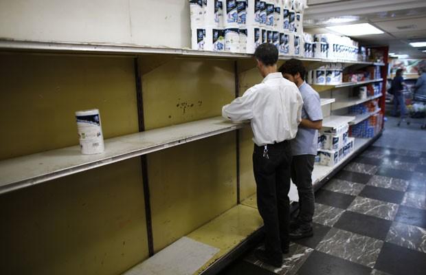Prateleiras de papel higiênico ficam vazias em supermercado de Caracas (Foto: Jorge Silva/Reuters)