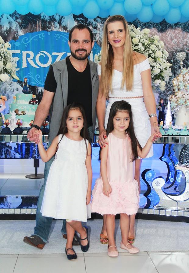 Luciano Camargo e as filhas (Foto: Celso Tavares / EGO)