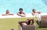 Brothers curtem tarde de sol na piscina