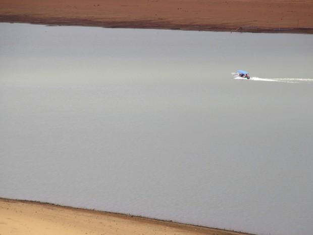 Funcionários da Caesb fazem inspeção no reservatório da barragem do Descoberto nesta quarta-feira (9) (Foto: Alexandre Bastos/G1)