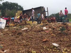 Populares foram flagrados saqueando mercadoria de caminhão (Foto: Vinícius Vainner)