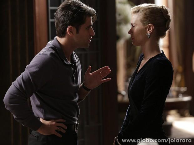 Parceria do bem! Franz conta a Iolanda que Ernest pode estar envolvido no escândalo de Rosa (Foto: Fábio Rocha/TV Globo)