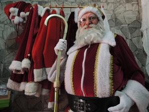 Roupas do Papai Noel ficam em uma arara (Foto: Douglas Pires/G1)