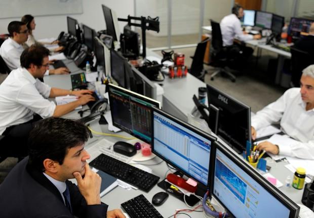 Corretores na Mirae Securities,em São Paulo - trade - corretoras - corretora - negociação -  (Foto: Paulo Whitaker/Reuters)