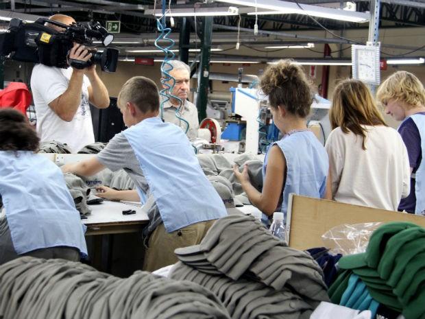 e55a6bf00961e Cinco adolescentes entre 13 e 14 anos participaram da produção de bonés em  uma fábrica de