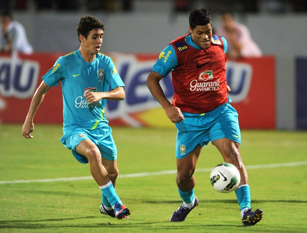 Oscar e Hulk treino Seleção Brasil (Foto: AFP)