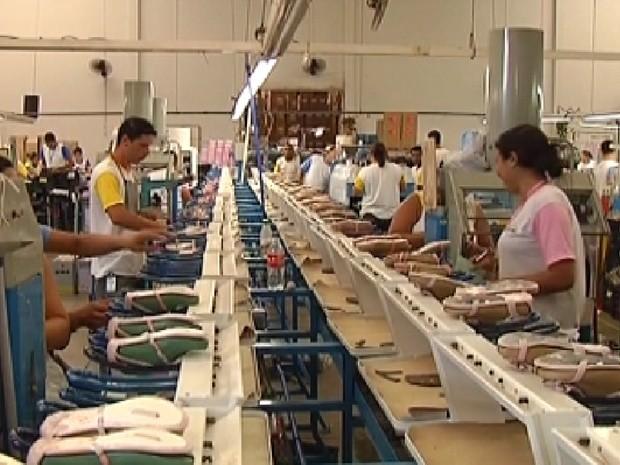 Fábricas calçadistas não devem contratar funcionários para o fim do ano (Foto: Reprodução/TV Tem)