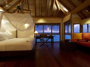 O quarto de um dos bangalôs do hotel (Foto: Gili Lankanfushi/Divulgação)