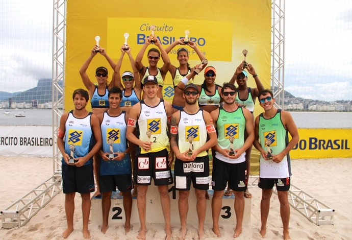 Pódio da última etapa do Circuito Nacional de vôlei de praia no Rio de Janeiro (Foto: Divulgação/CBV)
