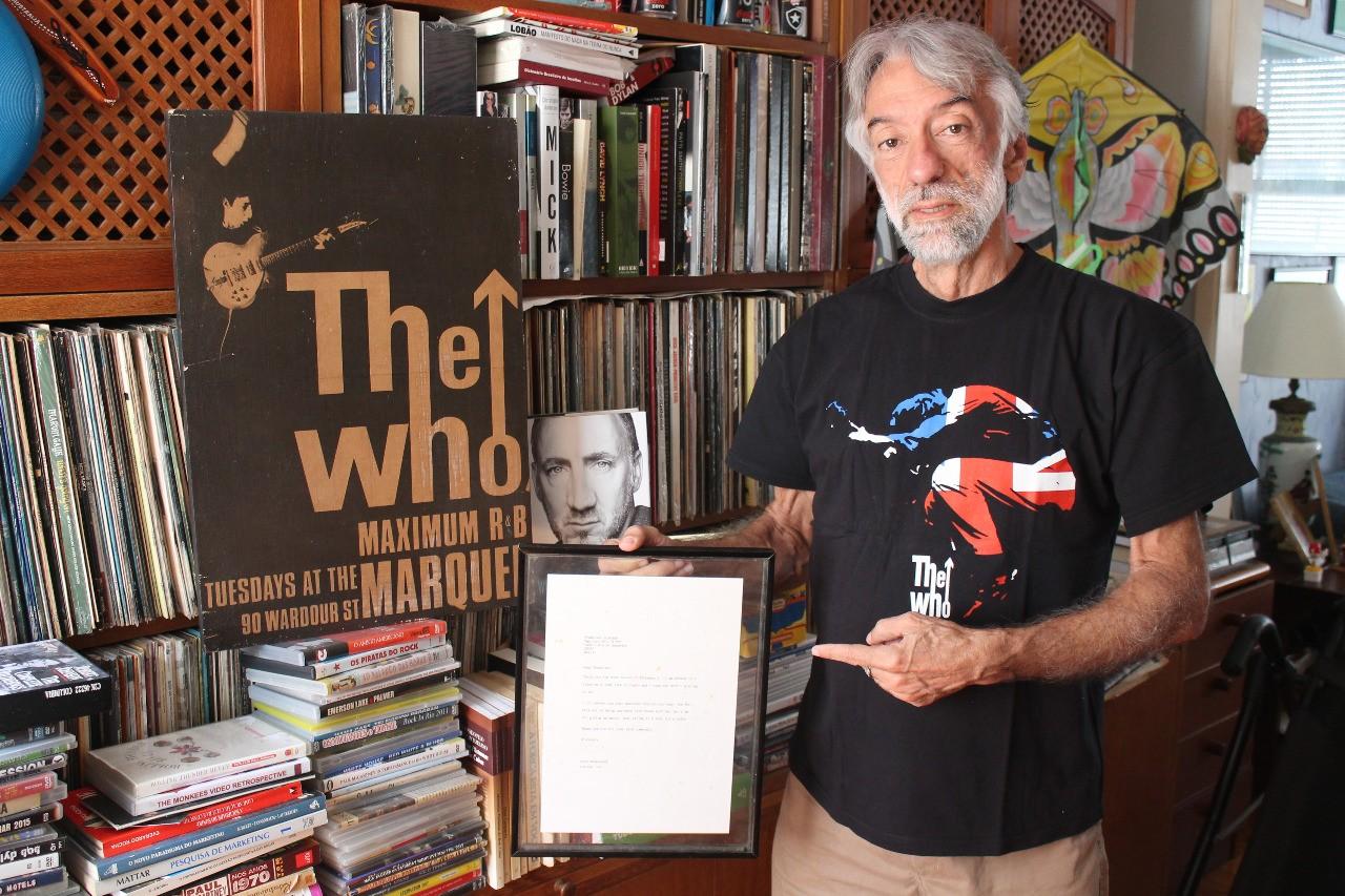 Francisco mostra orgulhoso a carta que escreveu para o Thw Who em 1985 (Foto: Multishow)