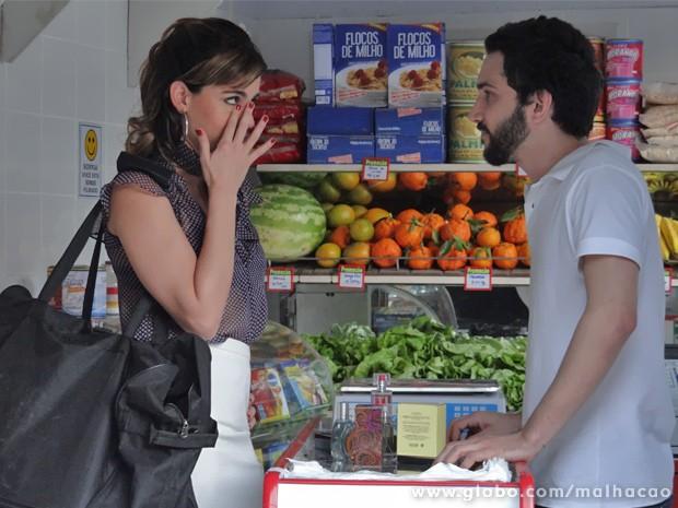 Luciana parte pra emoção e tenta convencer o mano a aceitar suas muambas (Foto: Malhação/ TV Globo)