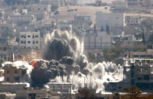 Explosão seguida de bombardeio na cidade de Kobane, nesta quarta (29) (Foto: Yannis Behrakis/Reuters)