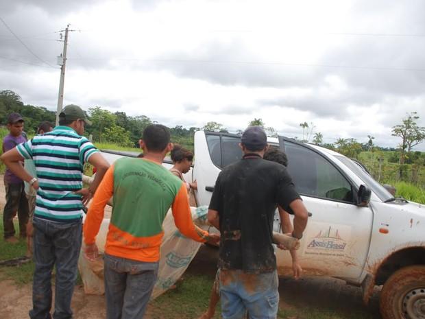 Mulher é transportada em rede, no Acre (Foto: Cherlivan Cavalcante/Arquivo pessoal)