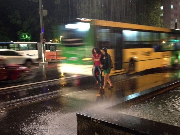Chuva forte na Avenida Paulista, em São Paulo (Foto: Marcelo Mora/G1)