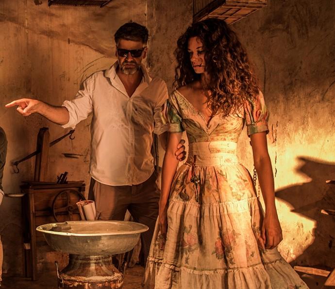 Marina Nery recebe instruções de Luiz Fernando Carvalho nas gravações como Leonor. Em cena, ela usa um vestido que mistura estampas (Foto: Caiuá Franco/ Globo)