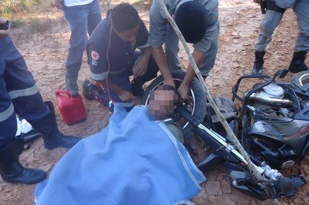 Homem é acorrentado pelo pescoço em moto, durante assalto em Rubiataba, Goiás (Foto: Valdinei Neri/Arquivo Pessoal)