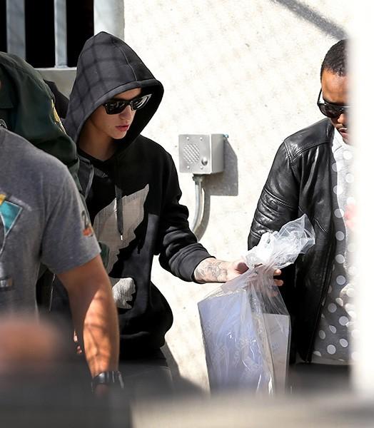 Justin Bieber deixa prisão (Foto: Getty Images/Agência)