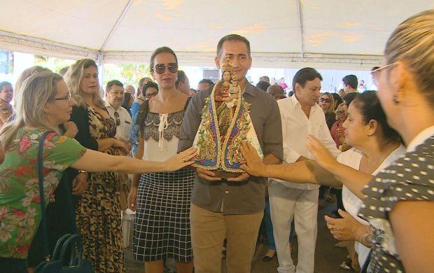 Imagem da santa nos braços do Governador do Amapá, Waldez Góes (Foto: Bom Dia Amazônia)