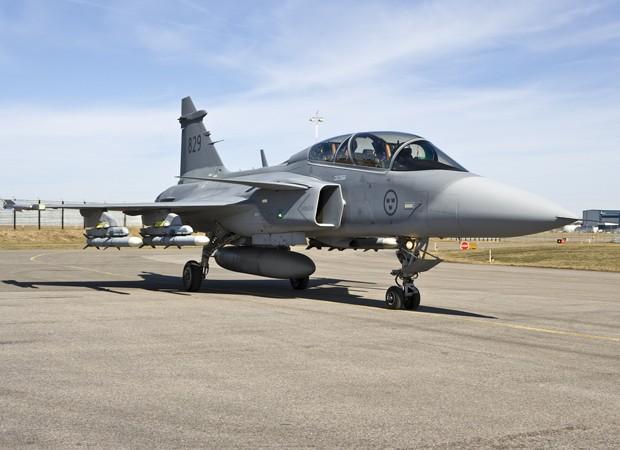 Coronel Afonso fez 10 horas de voo no Gripen em 2009 para testar a Aeronave que o Brasil adotará como novo caça (Foto: Arquivo Pessoal)