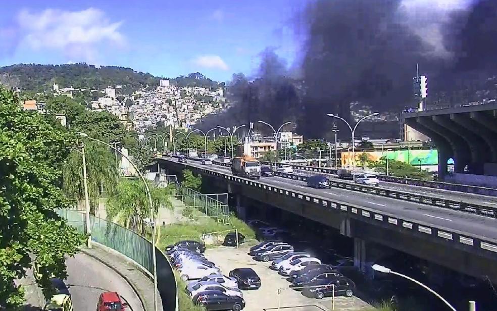 Fumaça negra na região do incêndio   (Foto: Reprodução/Centro de Operações da Prefeitura do Rio)