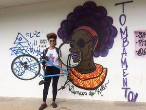 Estudante Lívia Suarez dá aulas gratuitas a mulheres negras da periferia (Foto: Juliana Almirante/ G1 Bahia)