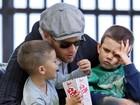 Marido de Gisele Bündchen ganha pipoca na boca passeando com filhos