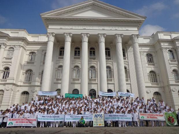 Alunos de Medicina protestam contra 'importação' de médicos no Paraná (Foto: Amália Dornellas/ Arquivo pessoal)
