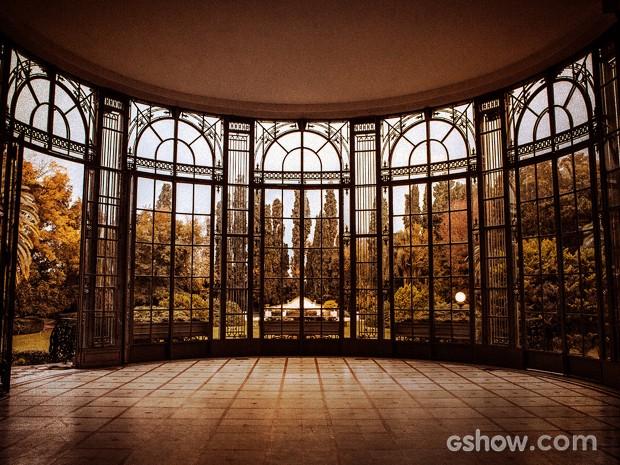 Já dentro da casa, as grandes janelas dão a sensação da vegetação invadir os ambientes (Foto: Fábio Rocha / TV Globo)