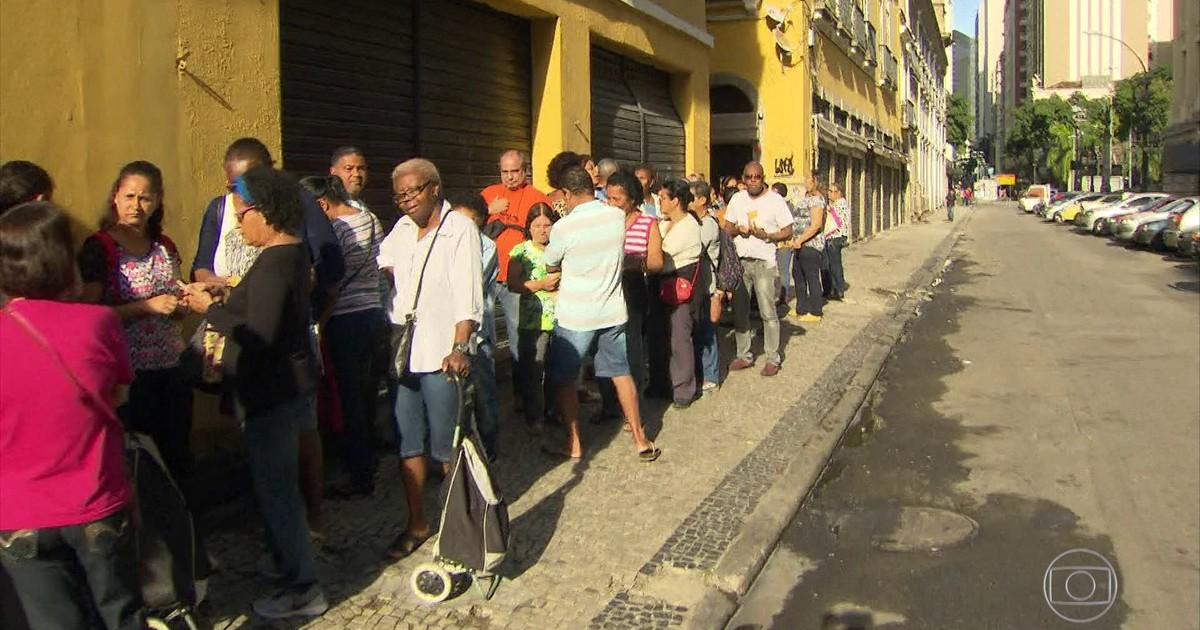 Resultado de imagem para Centenas de servidores públicos do RJ enfrentam fila para receber comida