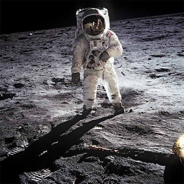 SEGUNDO PASSO Buzz Aldrin, ao pisar na Lua, em 1969. O primeiro homem a andar lá, Neil Armstrong, era o fotógrafo dessa missão (Foto: Universal History Archive/Getty Images)