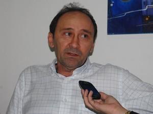 Deusdete Queiroga, presidente da Cagepa, afirmou que ligações entre esgotos e galerias são um problema antigo (Foto: André Resende/G1)