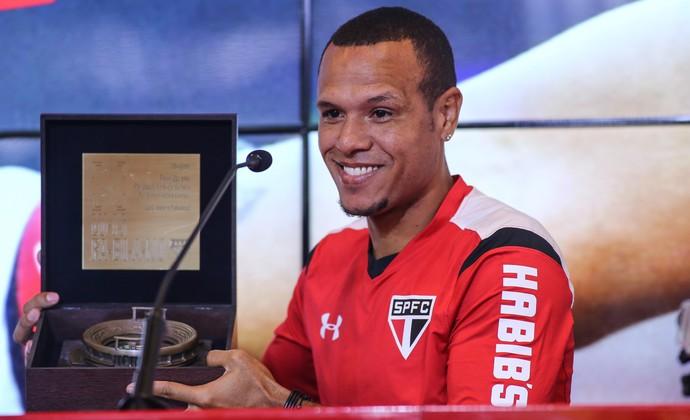 Luis Fabiano recebe homenagem no adeus ao São Paulo (Foto: André Lucas Almeida/Futura Press)